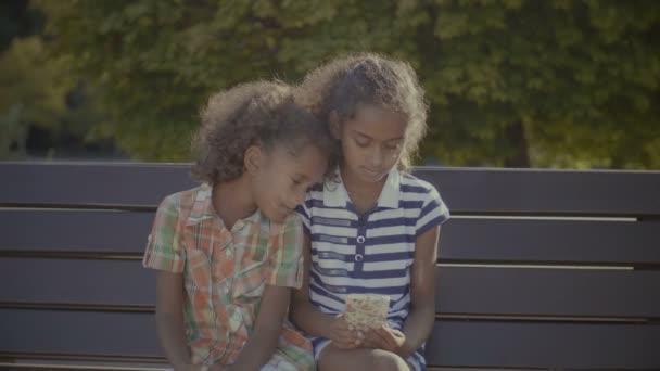 Roztomilé holčičky, hraní online her na mobil