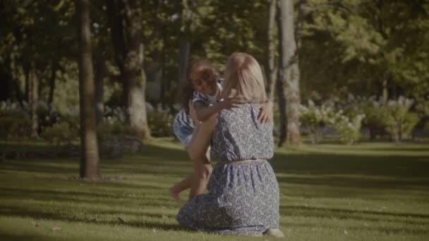 V objetí lásky s matkou šťastné holčička