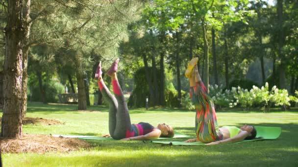 Sportovní ženy dělají cvičení na břišní svaly
