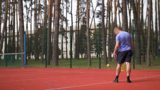Aktivní sportovní tenista sloužící míč