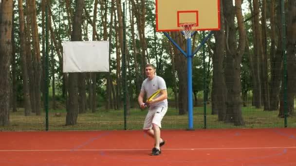 Tennisspieler trainiert Vorhand-Grip-Technik