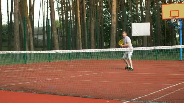 Tenista bít volejbalový shot během hry