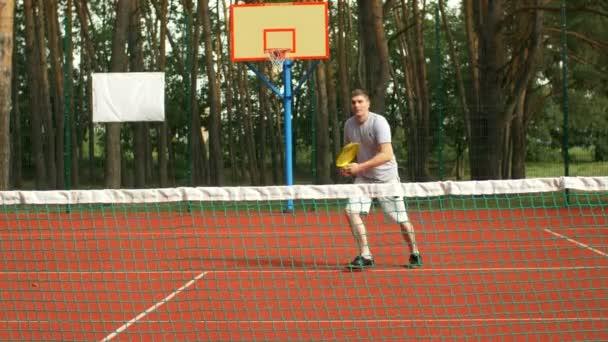 Tenista bít forhend poblíž net