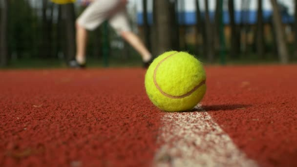 Aktivní sportovní muž hrát tenis na kurtu