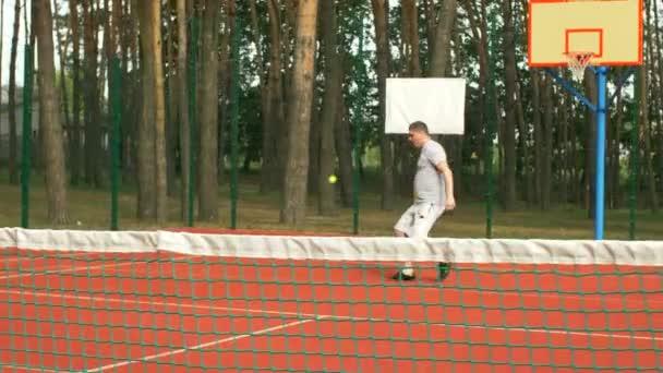 f86ce78503cc9 Homme actif mode de vie sain, jouer au tennis en plein air– séquence vidéo