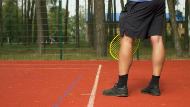 Tenista sloužící míč začít bod
