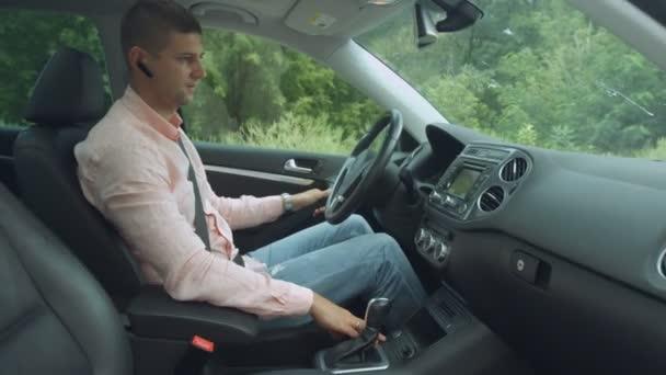 Pozitivní mužské ovladač pomocí palubního počítače v autě