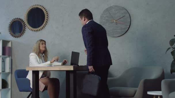 Ernsthafter Mann beim Bewerbungsgespräch im Büro