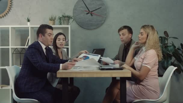 Business-Team diskutieren, Diagramme und Grafiken im Büro