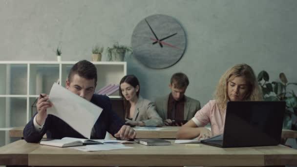Bílé límečky rutinní práci v kanceláři