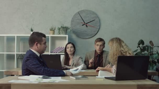 Üzleti csapat beszélünk az office startup üzleti