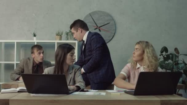 Boss amichevole dare compiti di lavoro ai dipendenti