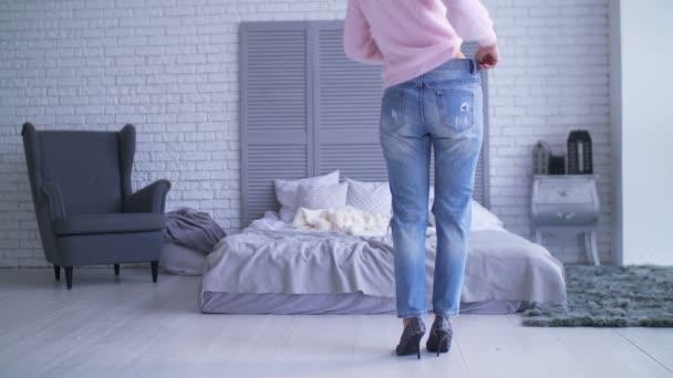 Štíhlá žena v velké kalhoty po hubnutí doma