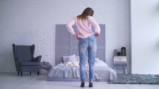 žena ukazuje její úspěch po hubnutí