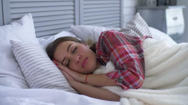 Boldog, mosolygós nő felébred a szobájában
