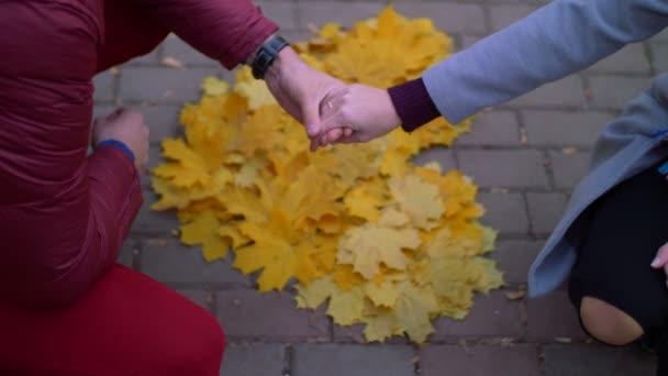 Milující pár se drží ruce nad venku tvar srdce