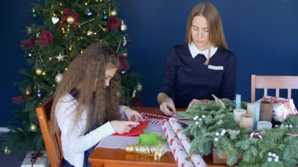 Familie bastelt handgefertigte Grußkarten für Weihnachten
