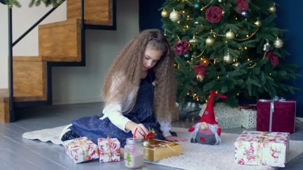 Kleines Mädchen schmücken Weihnachtsbaum mit Spielzeug