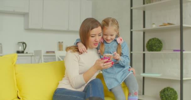Matka a roztomilá dívka, prohlížení on-line na mobil