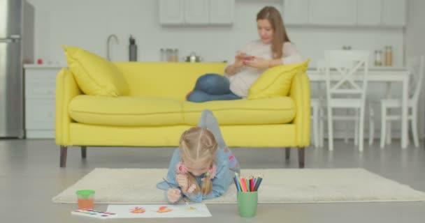 Malování štětcem a akvarely kreativní dívka
