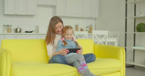 Máma a dcera s tablet pc procházení Internetu