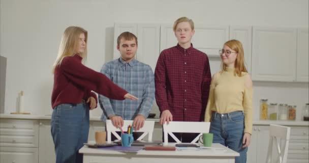 Na volné noze vývojový tým hromadu rukou v domácí kanceláři