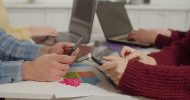 Lidské ruce networking s digitálními zařízeními na stůl