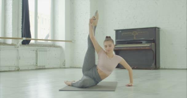 Praktikování jógy, flexibilní žena pózuje Heron