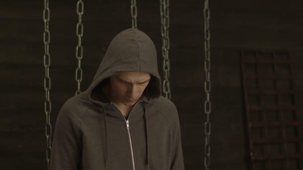 Porträt des geheimnisvollen Mann in Hoodie posiert im Innenbereich