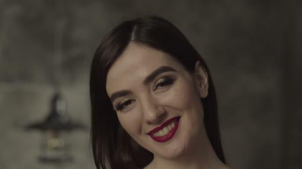 Radost, Bruneta ženského pohledu šťastně fotoaparát