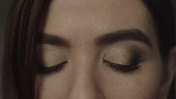 Detailní záběr na ženské hnědé oči s večerní make-up