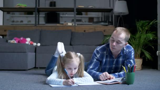 Óvodai lány tanul otthon gondoskodó apa