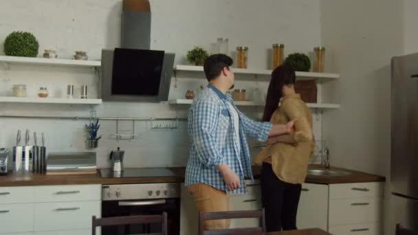 Mladý pár při hádce a boj v kuchyni