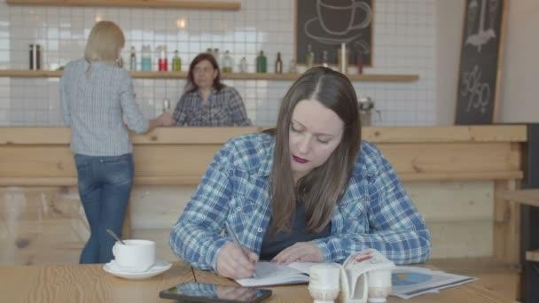 Seroius női szabadúszó dolgozik távolról a kávézóban