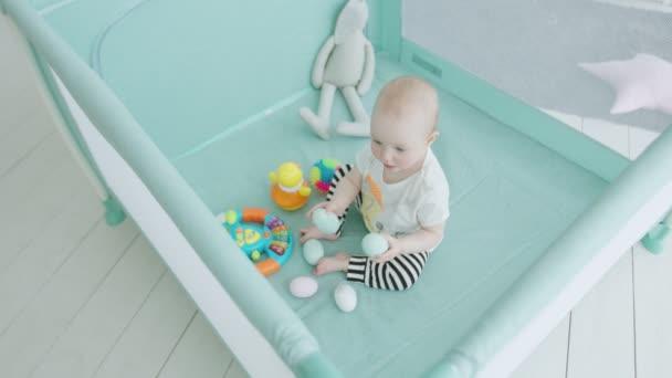 Dětská konzumní kojenecká vejce v ohrádku doma