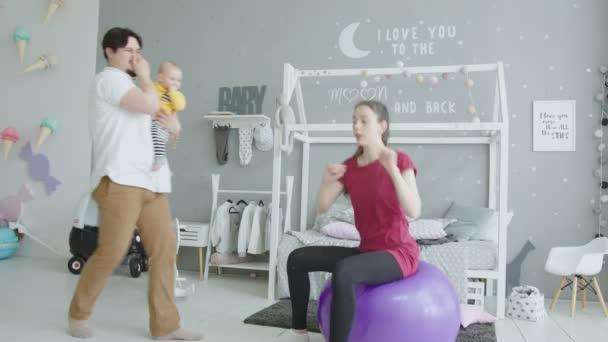Baby-Scheiß-Hosen bei Mamas Sport-Übungen
