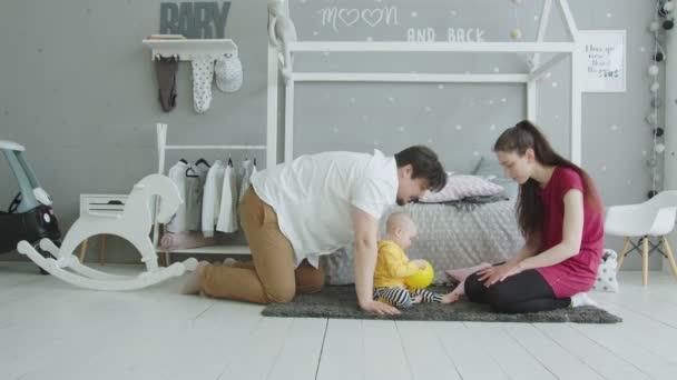 Roztomilá dětská hra s rodičema doma