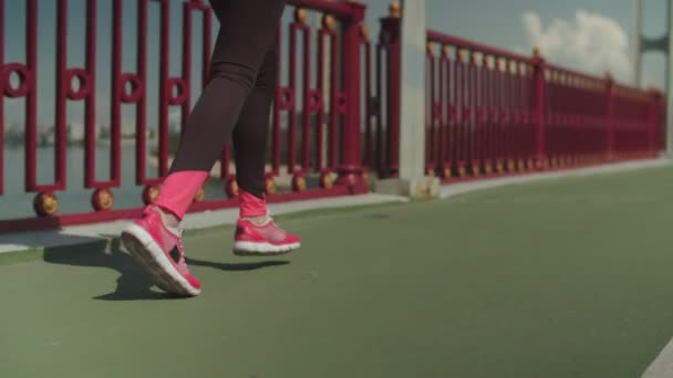 Nohy jako sportovec běžící na městském mostu
