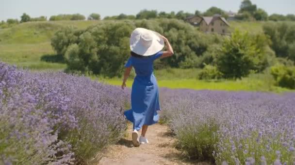 Örömteli női futás a lila levendula területén