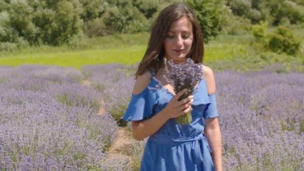 Aranyos nő élvezi illatos levendula virágok