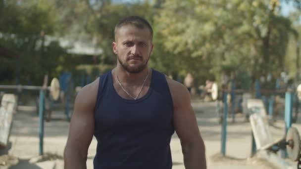 Entschlossener Mann bereitet sich auf Krafttraining vor