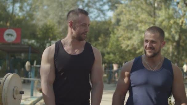 Zwei muskulöse Männer bereit für das Training im Freien