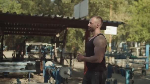 Starker Bodybuilder immer bereit für Übung