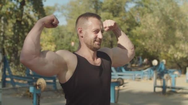 Brutaler muskulöser Mann in doppelter Bizepspose