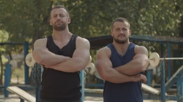 brutale fitte Sportler, die gefaltete Hände im Freien stehen
