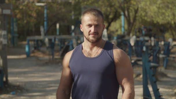 muskulöser athletischer Bodybuilder, der Brustmuskeln anspannt