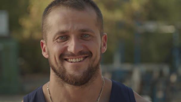 Porträt eines lächelnden, bärtigen Mannes, der zwinkert