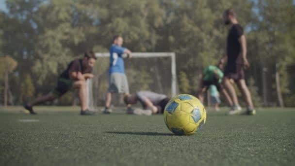 Fotbalový tým se zahřívá před sportovním tréninkem