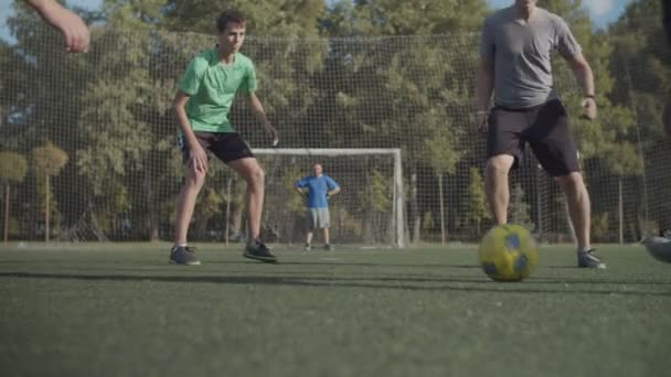 Utcai focisták játszanak játék a pályán