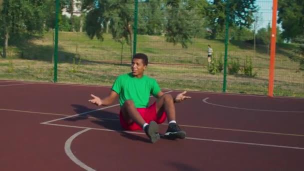 Streetball-Spieler hilft Gegner aufzustehen
